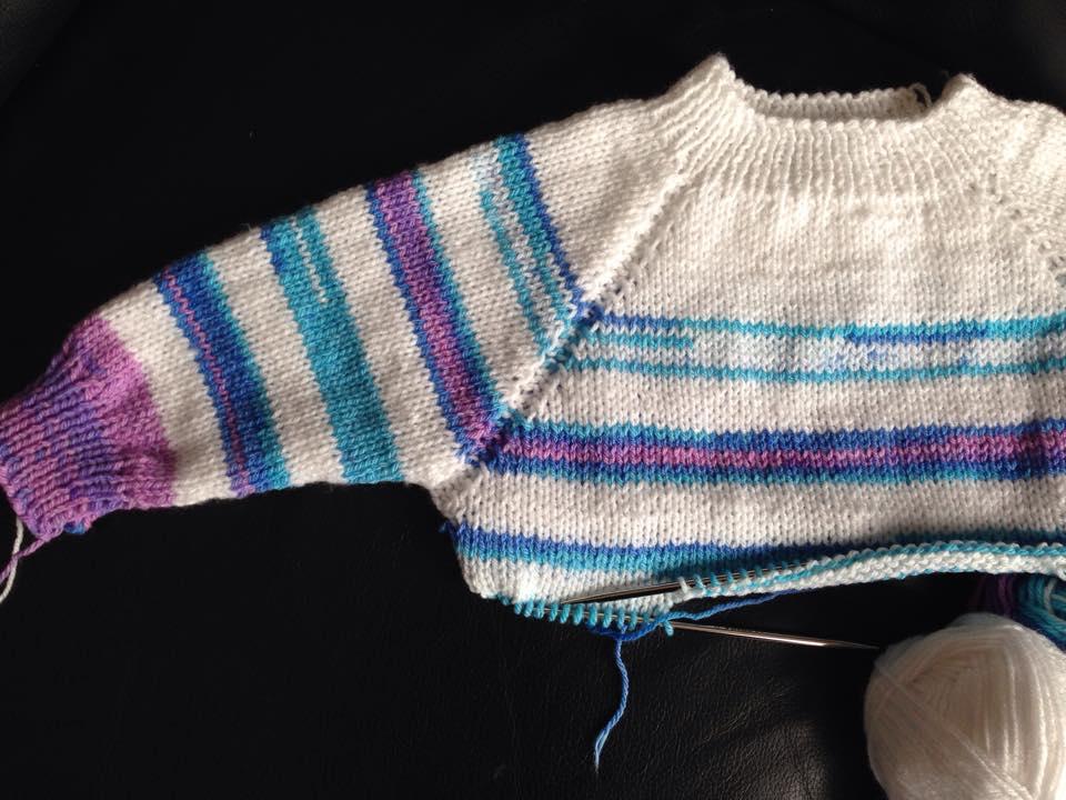 3b4631864a Színátmenetes pulóver 6-12 hónapos babáknak | Kössünk Lányok!