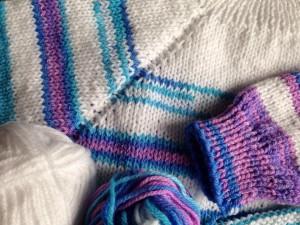 színátmenetes fonal, kötött baba pulcsi