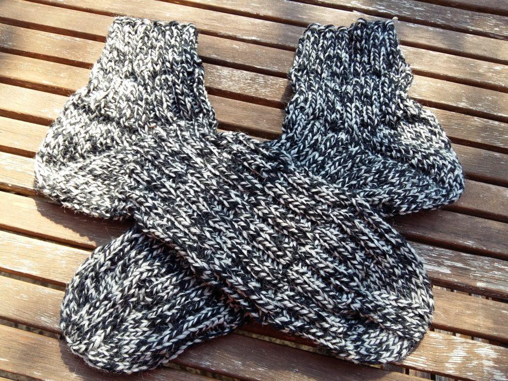 Kézzel kötött férfi zokni Regia 8-szálas fonalból kötve.